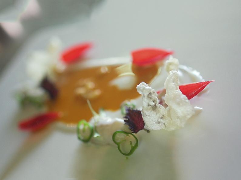 Kokotxas de bacalao a la brasa, pil-pil, guiso de tripas y su piel crujiente