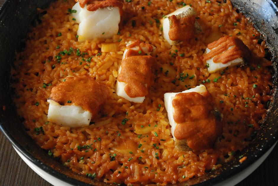 Arroz con bacalao, espárragos blancos y salsa romesco