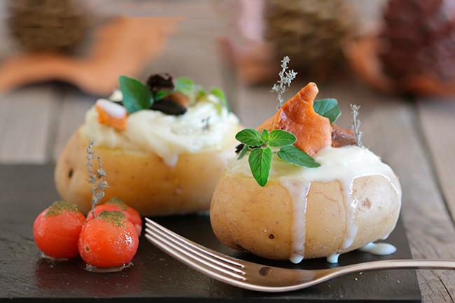 Patatas rellenas de brandada de bacalao, setas y crema de ajo