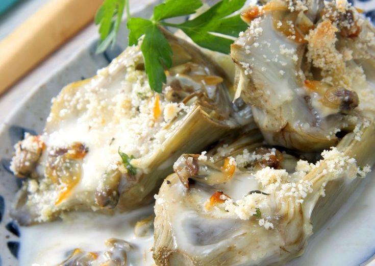 Alcachofas rellenas de bacalao con huevo de codorniz y salsa de tomate