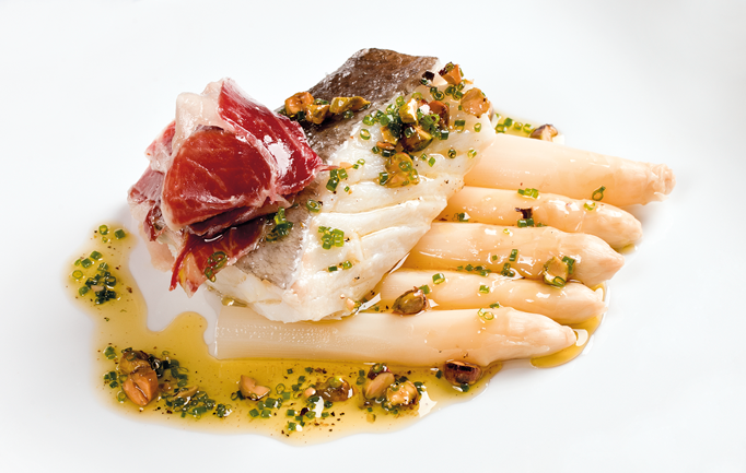 Bacalao con espárragos, jamón ibérico y pistachos