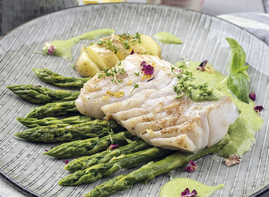 Bacalao en salsa verde y espárragos trigueros