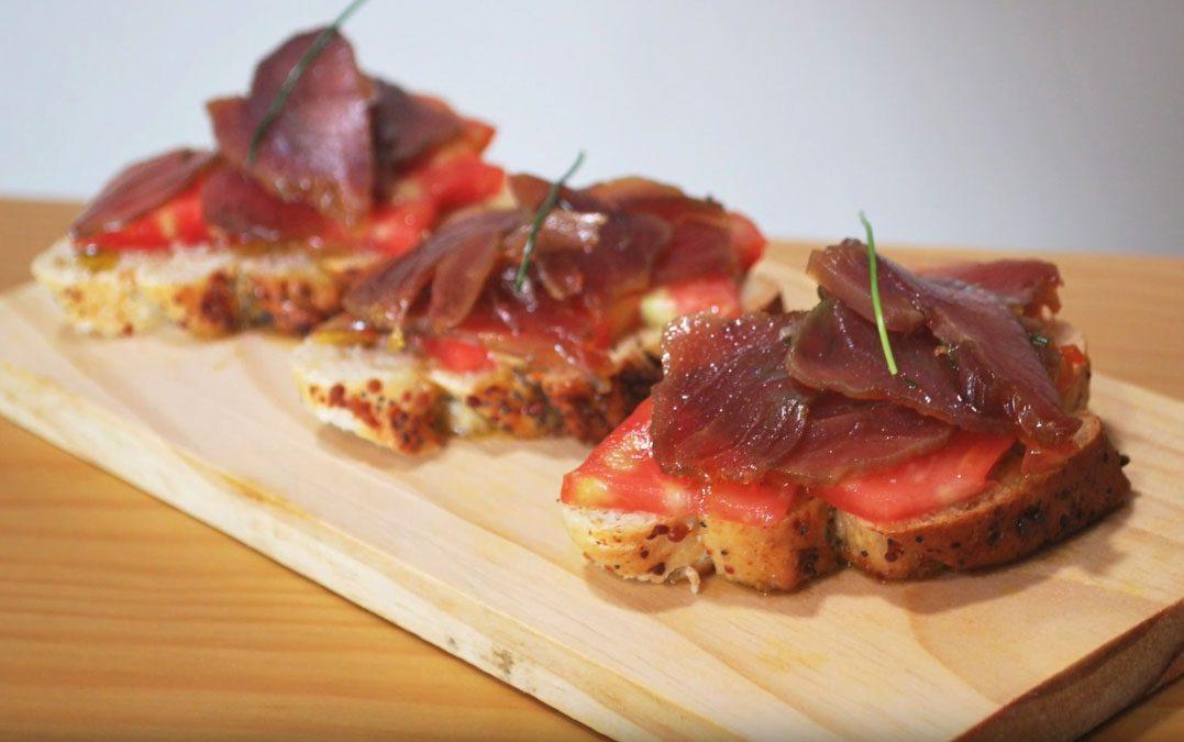 Tosta de mojama de atún en aceite de oliva y cebollino