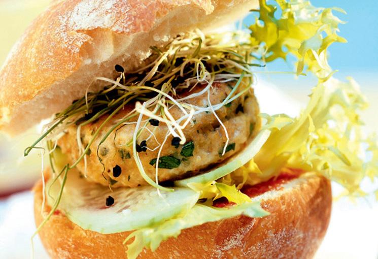 Hamburguesa de bacalao con pepino y brotes de cebolla