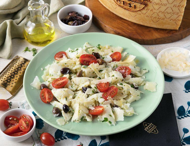 Bowl de bacalao con tomates, aceitunas negras y Grana Padano