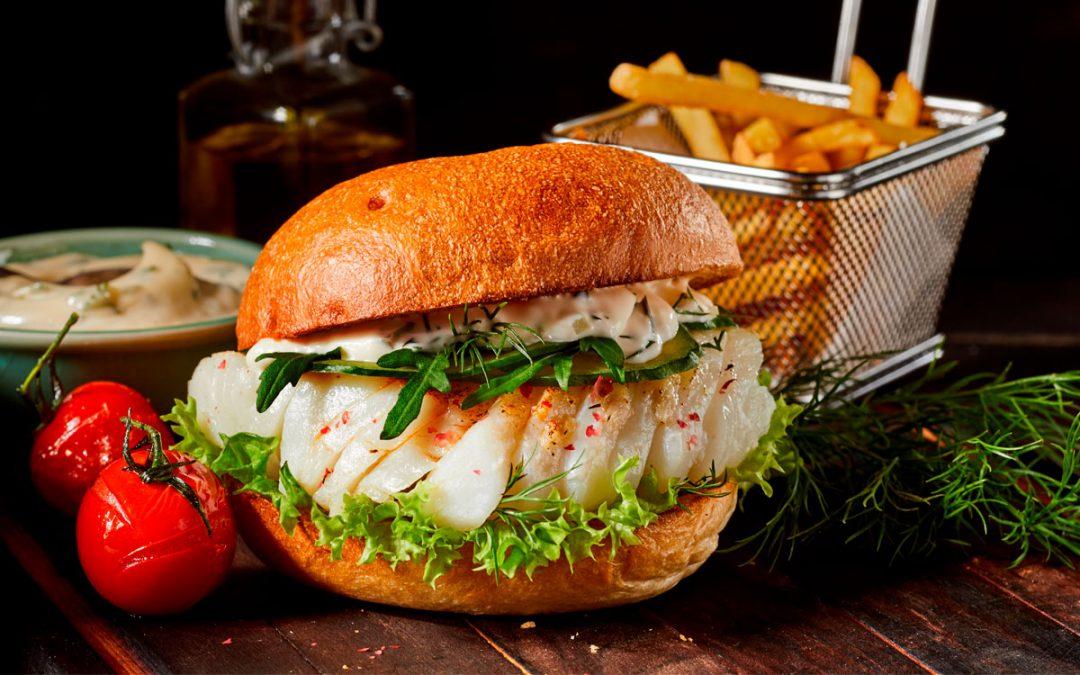 Hamburguesa gourmet de bacalao especiado, mayonesa, rúcula y lechuga